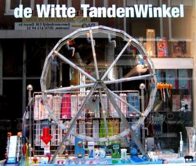 Window of de Witte TandenWinkel toothbrush shop, Runstraat