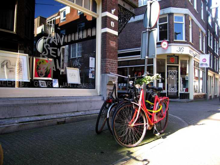Bicycles outside Galerie Geert Jan Jansen, Tuindwarssrtaat