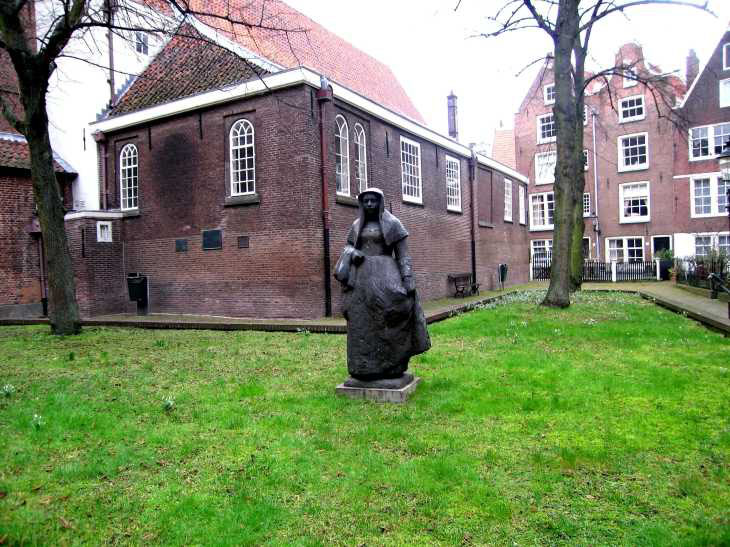 Statue in The Begijnhof Convent in Amsterdam